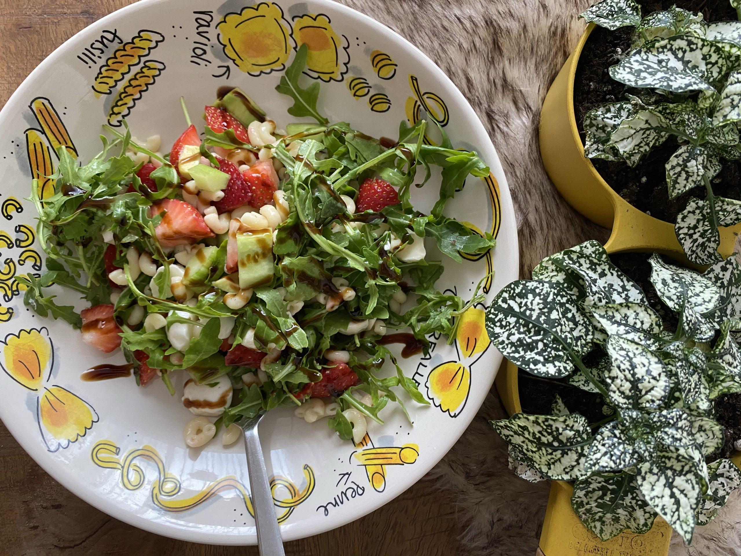 Pasta salade met aardbeien en avocado